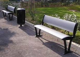 Two Alturo seats with a Fusion litter bin in a public park